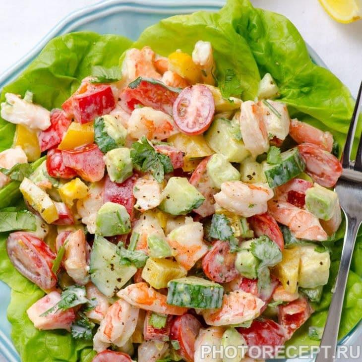 Греческий овощной салат с креветками и авокадо