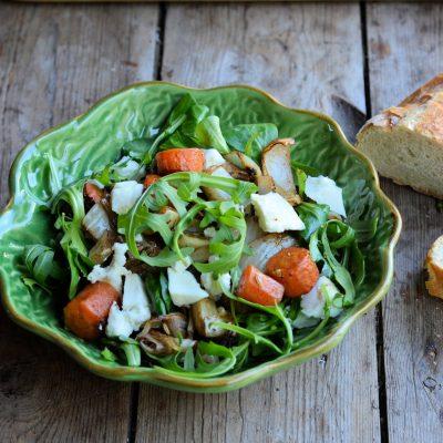 Овощной салат с сыром и кунжутными семенами - рецепт с фото