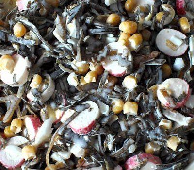 Салат из морской капусты и крабовый палочек - рецепт с фото