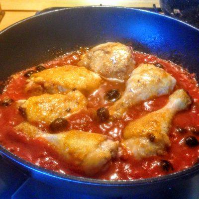 Жареная курица в томате с маслинами - рецепт с фото