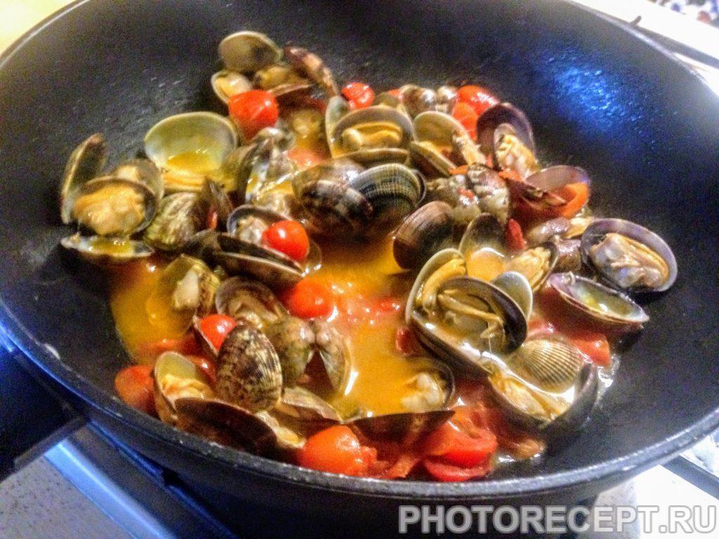 Фото рецепта - Паста с ракушками и томатами вонголе - шаг 6
