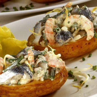 Ароматная картошечка с креветками и селедкой - рецепт с фото