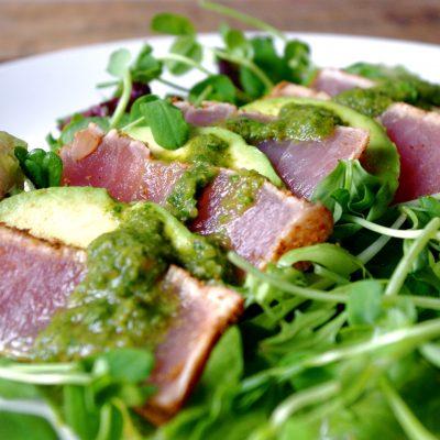 Диетический салат с тунцом и соусом песто - рецепт с фото