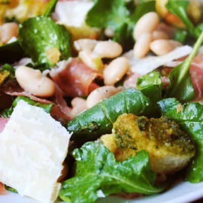 Фасолевый салат с прошутто, сыром и сухариками - рецепт с фото