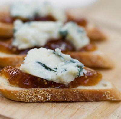 Кростини — итальянские бутерброды с сыром и инжиром - рецепт с фото