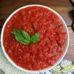 Итальянский томатный соус с базиликом, сыром и орешками