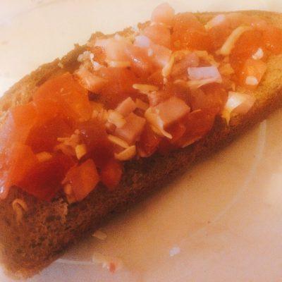 Брускетта с ветчиной и помидорами - рецепт с фото