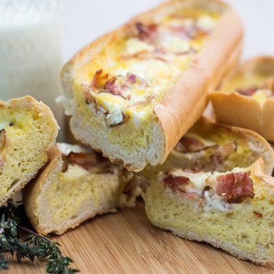 Омлет с беконом в хлебе - рецепт с фото