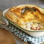 Открытый пирог с луком, ветчиной и сыром