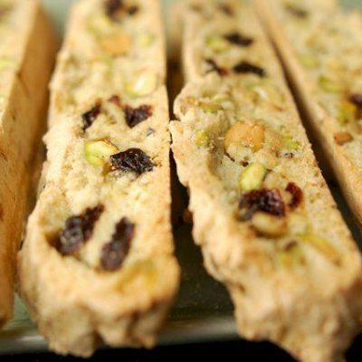 Печенье «Бискотти» с орехами и вишней - рецепт с фото