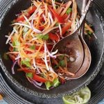 Пестрый салат из белокачанной капусты со сладким перцем
