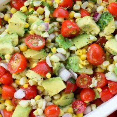 Салат из авокадо, помидоров с консервированной кукурузы - рецепт с фото