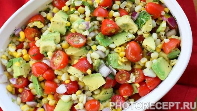 Салат из авокадо, помидоров с консервированной кукурузы