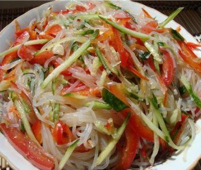 Салат из фунчозы с огурцами и перцем - рецепт с фото