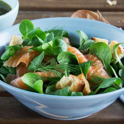Салат из копченого лосося  с чесночными сухариками - рецепт с фото