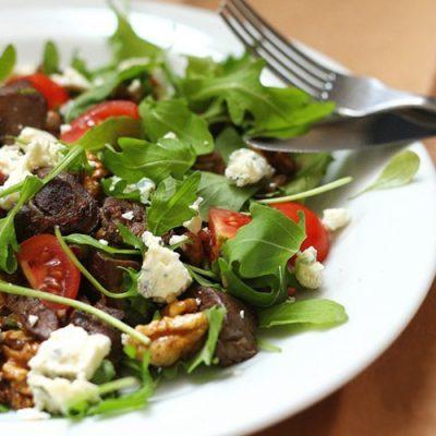 Салат из куриных потрохов с рукколой и овощами - рецепт с фото