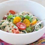 Салат из овсяной каши с помидорами и шпинатом