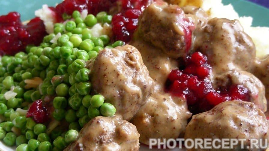 Тефтели с картофельным пюре и брусничным джемом