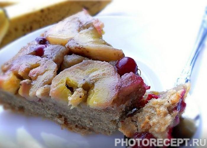 Банановый пирог с клюквой из сухарей