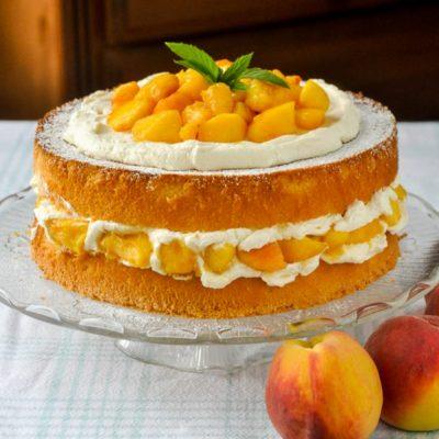 Бисквитный торт с творожным кремом и персиками - рецепт с фото