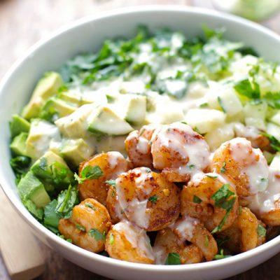 Cалат из креветок, авокадо и огурцов с ароматной имбирной заправкой - рецепт с фото