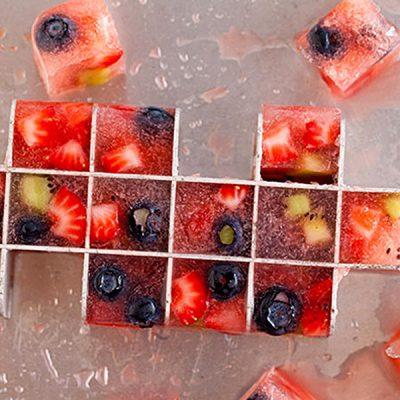 Цветной лед с ягодами для напитков - рецепт с фото