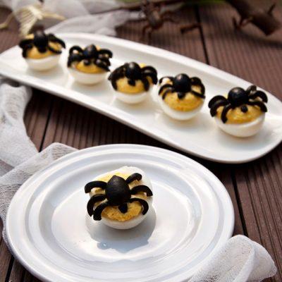 Фаршированные яйца с тунцом на Хеллоуин - рецепт с фото