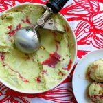 Фисташковое мороженое с клубничным пюре