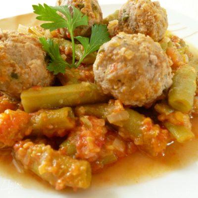 Фрикадельки со стручковой фасолью и пикантным кабачковым соусом - рецепт с фото