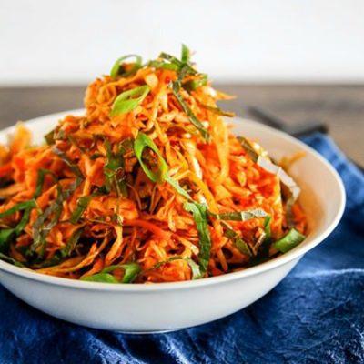 Корейский салат с морковкой и морской капустой - рецепт с фото