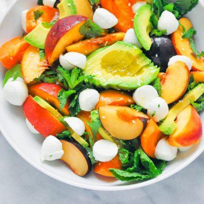 Летний фруктовый салат с авокадо и сыром - рецепт с фото