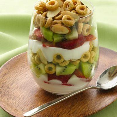 Летний завтрак из свежих фруктов, творога и пудинга - рецепт с фото