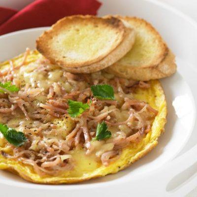 Омлет с беконом и сыром из страусиного яйца - рецепт с фото