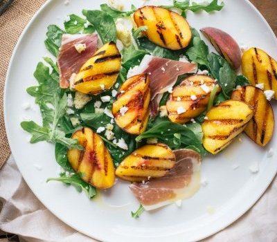 Персиковый салат с рукколой и ветчиной - рецепт с фото