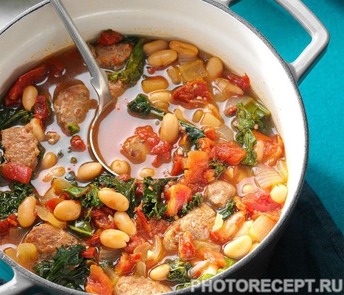 Томатная похлебка с белой фасолью и колбаской из индейки
