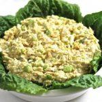 Простой салат с тунцом, яйцом и сельдереем