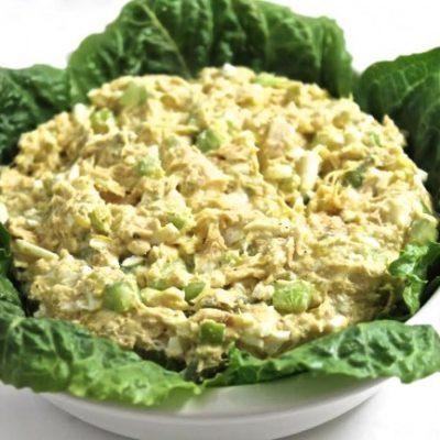 Простой салат с тунцом, яйцом и сельдереем - рецепт с фото