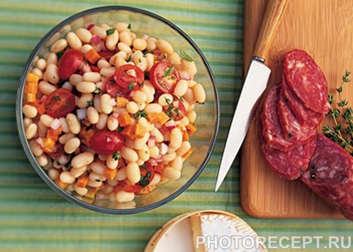 Салат с белой фасолью, морковью, томатами и колбаской