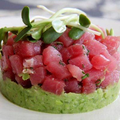 Салат с форелью и пюре из авокадо - рецепт с фото