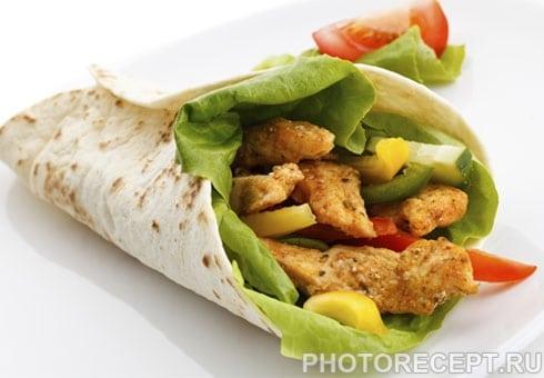 Шаурма по-домашнему с курицей, овощами и соусом айоли