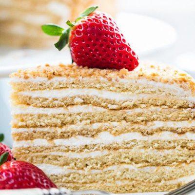 Слоеный торт из коржей со сливочно-сгущенным кремом - рецепт с фото