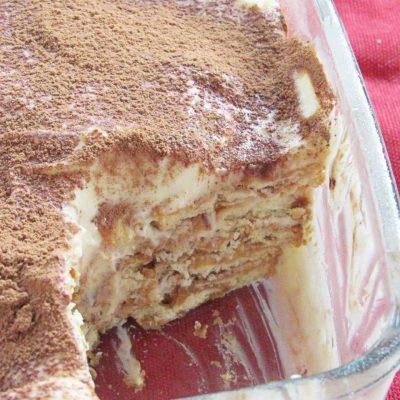 Слоеный торт с печеньем и кремом из сгущенки без выпечки - рецепт с фото