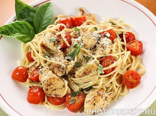 Спагетти с жареным куриным филе и помидорами