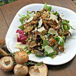 Теплый салат с грибами, орешками и пекорино