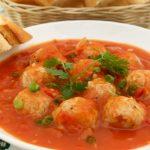 Томатный суп с рисом и мясными фрикадельками