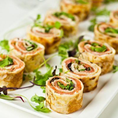 Закуска из блинов с форелью, сыром и зеленью - рецепт с фото