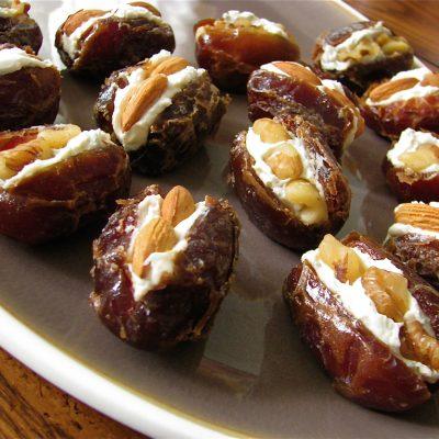 Закусочный десерт из фаршированных фиников с сыром - рецепт с фото