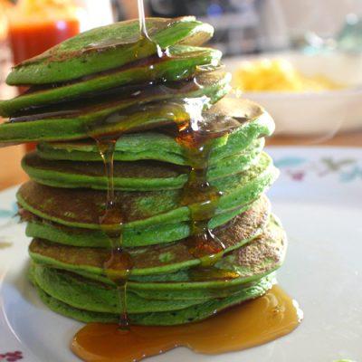 Зеленые оладьи на кефире со шпинатом - рецепт с фото