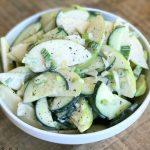 Зеленый салат из огурцов с яблоками и сметаной