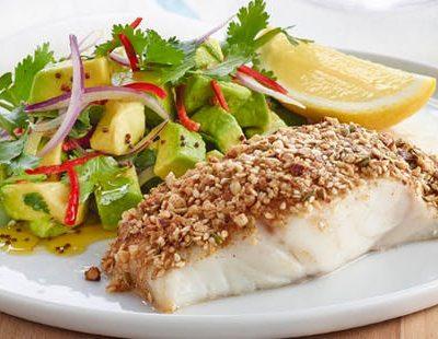 Жареная рыба в панировке с простым салатом из авокадо - рецепт с фото